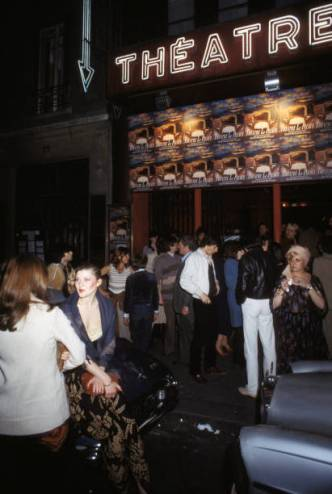 Entrée des spectateurs au théâtre 'Le Palace', circa 1980 à Paris, France. (Photo by Michel FOLCO/Gamma-Rapho via Getty Images)