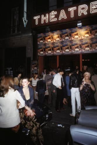 Entrée des spectateurs au théâtre 'Le Palace', circa 1980 à Paris, France. (Photo by Michel FOLCO/Gamma-Rapho via Getty Images)